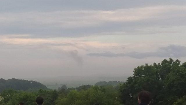 ロケット発射後の煙が中央に見える