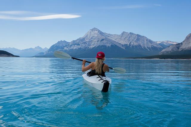 カヌーで湖を移動する女性