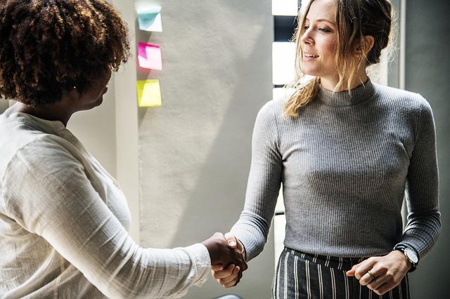 握手する二人の女性