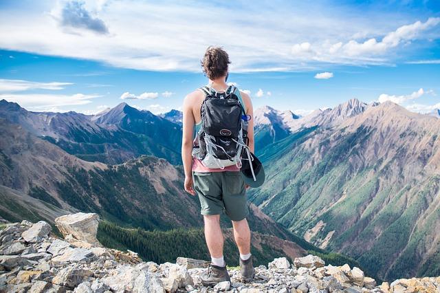 険しい山を登る男性