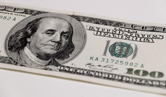 ベンジャミン・フランクリンの肖像が描かれている100ドル紙幣