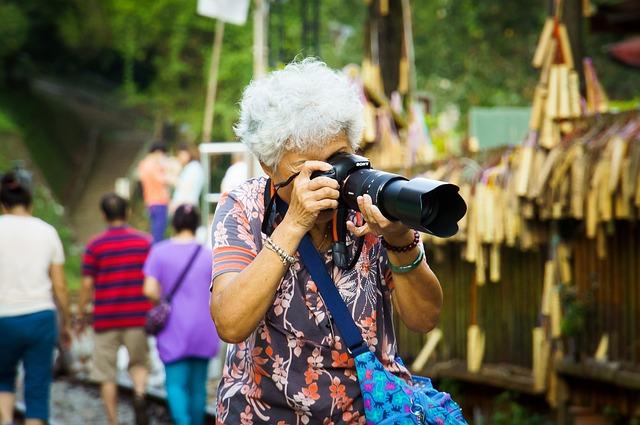 写真を撮るおばあさん