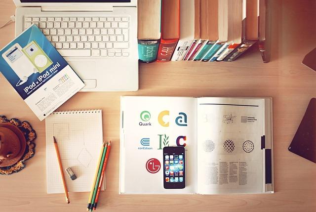 机の上に勉強道具が広がっている