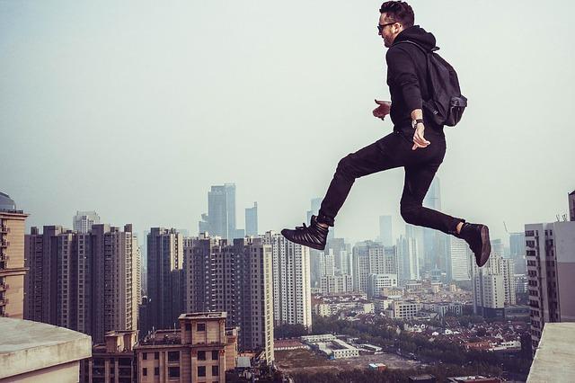 ビルを飛び移る男性