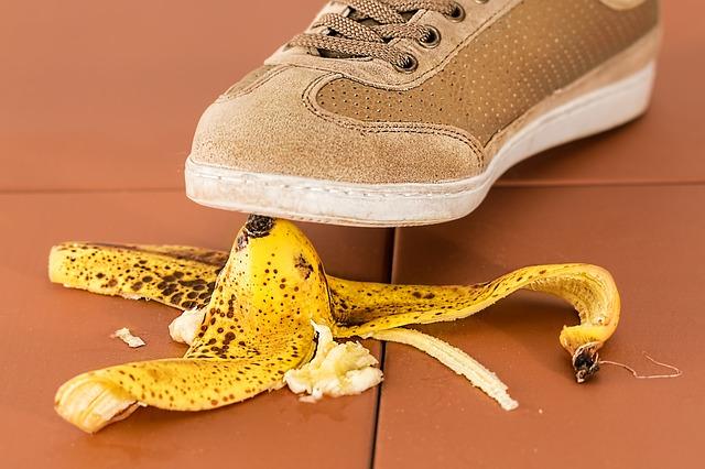 バナナの皮を踏みそうな人
