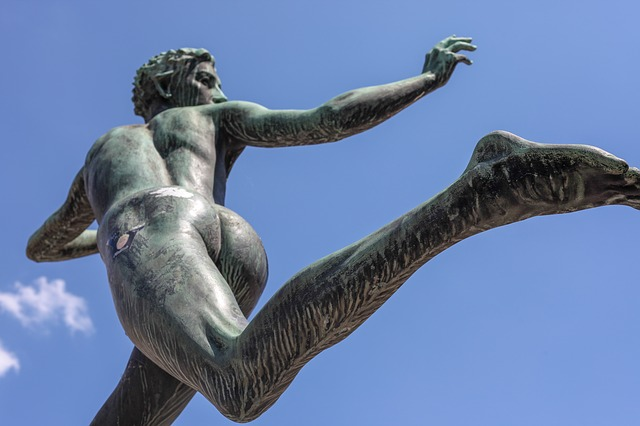 躍動感がある銅像
