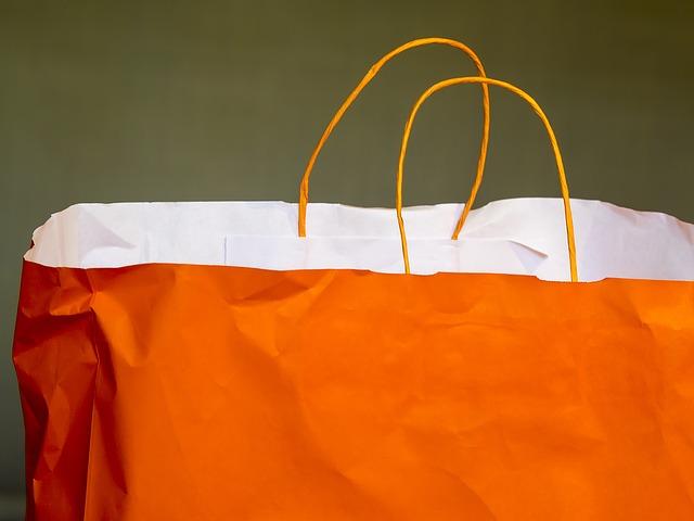オレンジ色の紙袋