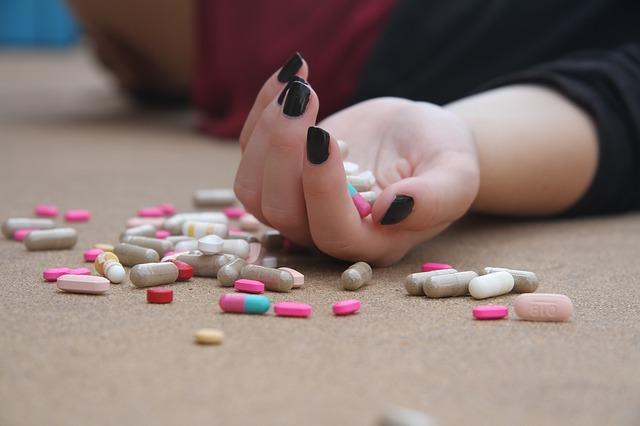 薬を大量に飲んで倒れている人