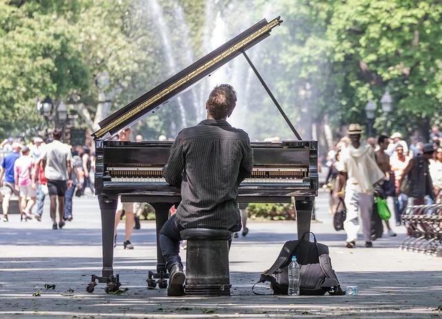 ピアノを弾いてコンテンツをつくる人