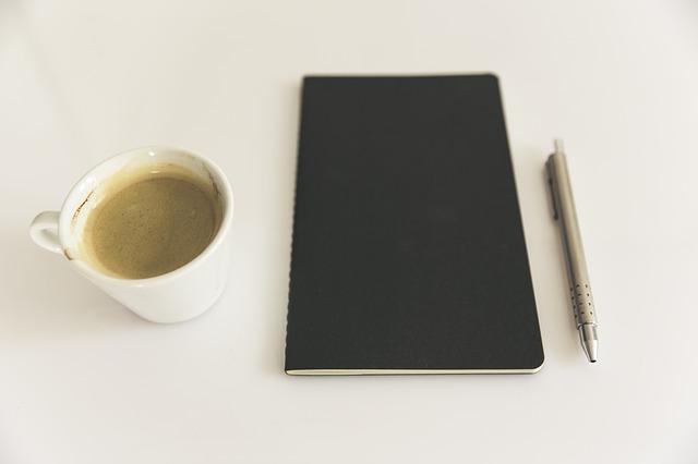 黒いノートとペンと飲み物