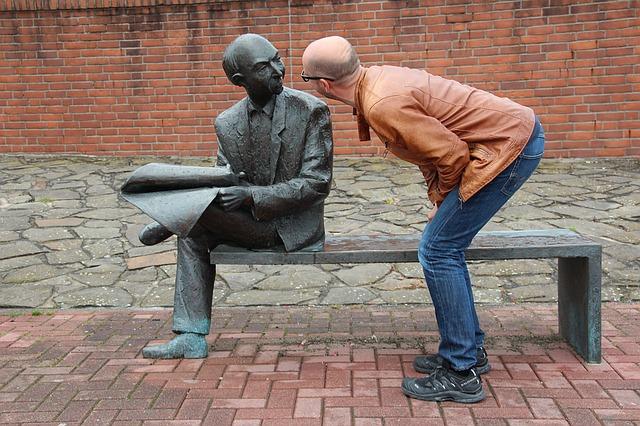 石像に話す男性