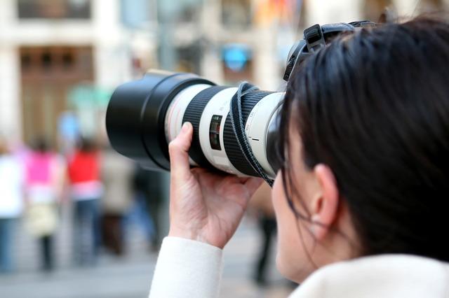 写真撮影する女性