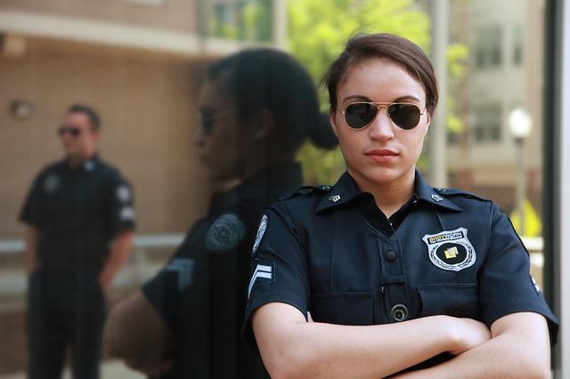 腕を組む女性警察官