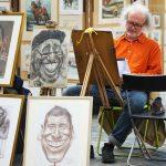 似顔絵を描く男性