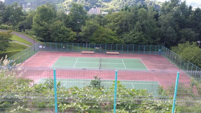 展望テラスから、テニスコート(有料)を眺める
