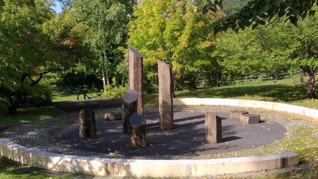 公園内のモニュメント