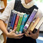 たくさんの本を抱える人
