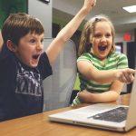 パソコンを見て喜ぶ子供達